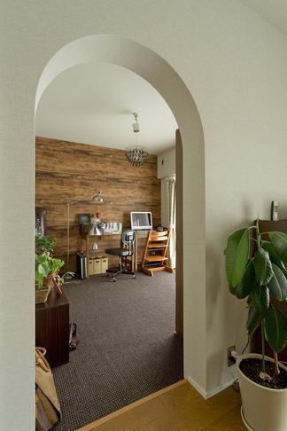 古さを活かして壁はアーチに。60年代や70年代の住まいのようなヴィンテージ風の家の部屋 書斎1