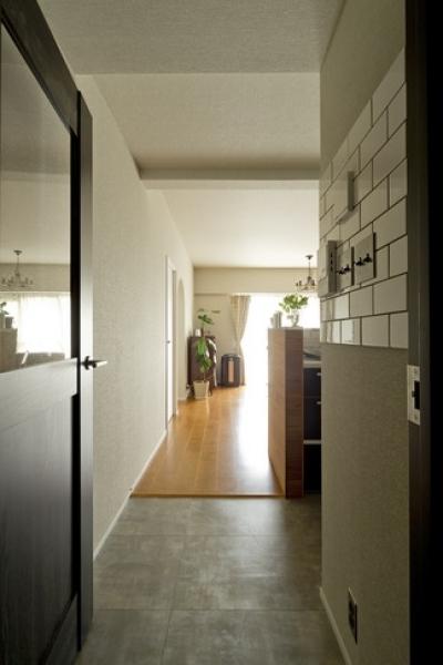 廊下1 (古さを活かして壁はアーチに。60年代や70年代の住まいのようなヴィンテージ風の家)