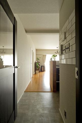 古さを活かして壁はアーチに。60年代や70年代の住まいのようなヴィンテージ風の家 (廊下1)