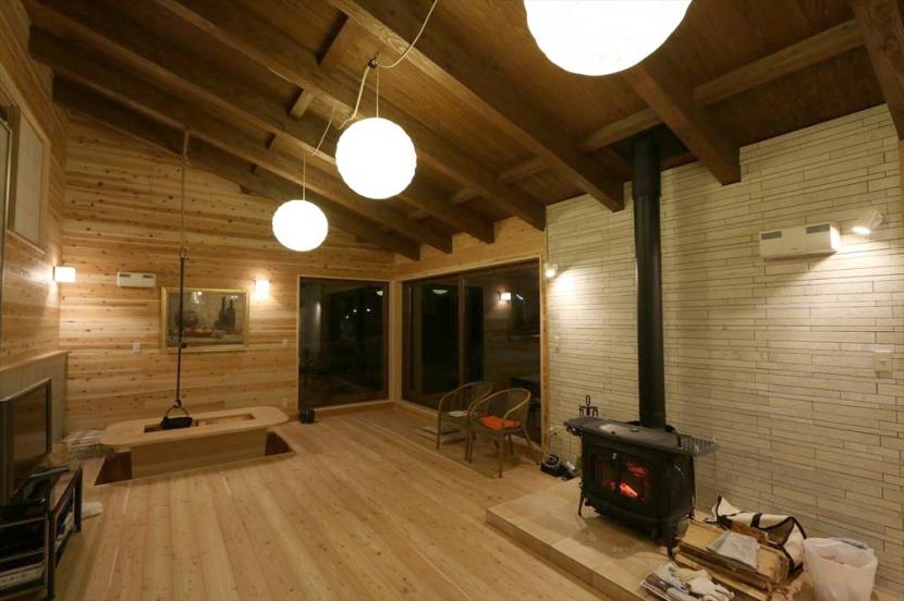 薪ストーブのある別荘の部屋 大空間リビング
