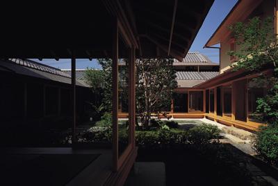 藪椿の家の部屋 中庭へのアプローチ