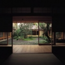 和室から中庭を眺める