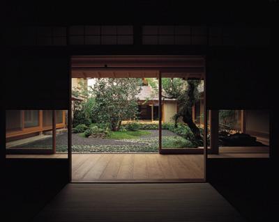 藪椿の家の部屋 和室から中庭を眺める