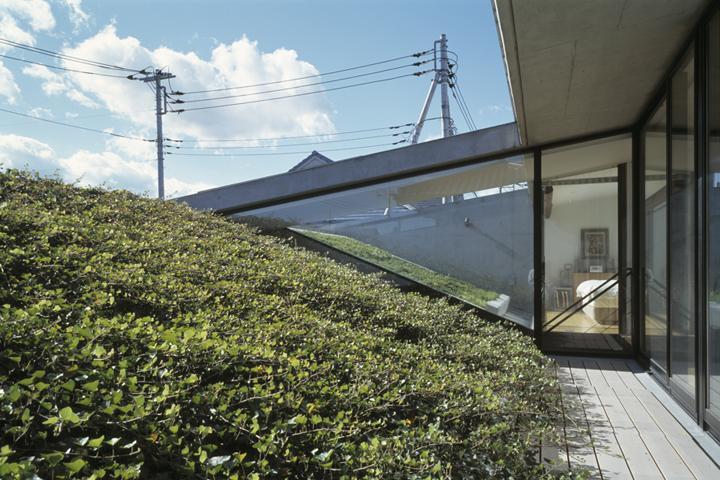 前橋の家の部屋 芝生屋根のある2階テラス