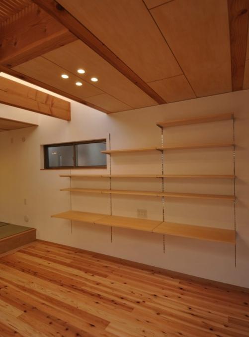 収納事例:壁面収納(木が溢れる家)