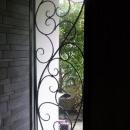 玄関脇-アイアンワーク模様のガラス