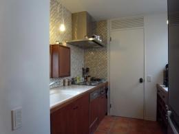 出窓の家 (2階のキッチン)
