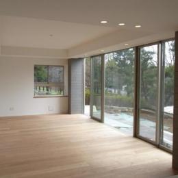 出窓の家 (開放的なベッドルーム)