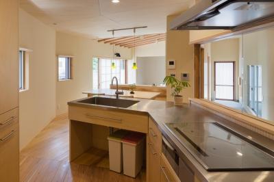 埼玉の家/O邸 (キッチンからダイニング・リビングと玄関方向を見る)
