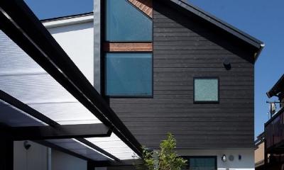黒の焼杉と大開口が象徴的な2世帯住宅|桜川の家