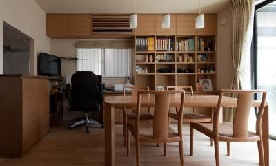 黒の焼杉と大開口が象徴的な2世帯住宅|桜川の家 (造付けの書斎机のあるダイニング)