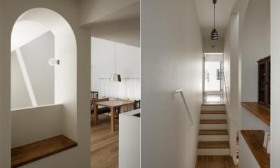 天井の高い階段踊り場(撮影:安田誠)|ごろりの家