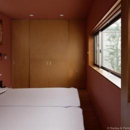 ごろりの家 (中庭を眺められるベッドルーム(撮影:安田誠))