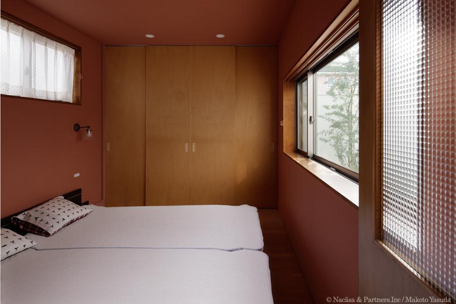 ごろりの家の写真 中庭を眺められるベッドルーム(撮影:安田誠)