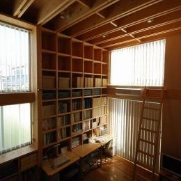 47/100 石神井台の木箱-梯子で高い所まで収納できるワークスペース