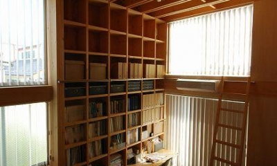 梯子で高い所まで収納できるワークスペース|47/100 石神井台の木箱