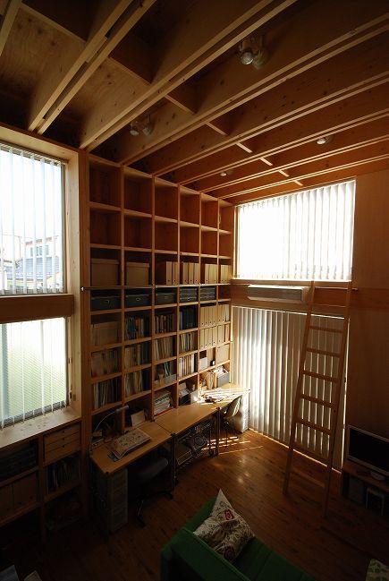 47/100 石神井台の木箱の部屋 梯子で高い所まで収納できるワークスペース