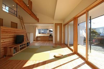 縁の住まいの部屋 和を感じるリビングスペース(反対側)