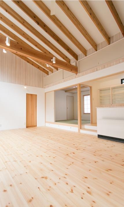 IZUMI HOUSEの部屋 木のぬくもりのあるリビング(反対側)
