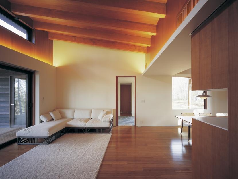 富士山麓の家の部屋 連続しながらも空間に対比のあるリビングとダイニング