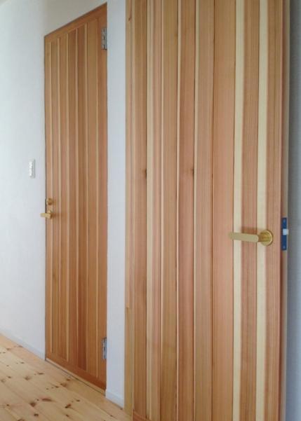 IZUMI HOUSEの部屋 杉材の扉