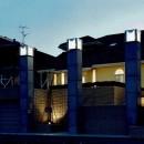 オープンテラスがある週末邸宅:コンクリート構造の住宅設計の写真 外観(夜間)