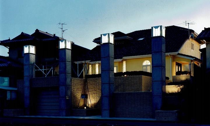 外観(夜間) (オープンテラスがある週末邸宅:コンクリート構造の住宅設計)