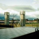 オープンテラスがある週末邸宅:コンクリート構造の住宅設計の写真 田園風景を望めるテラス