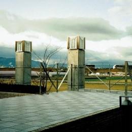 田園風景を望めるテラス (オープンテラスがある週末邸宅:コンクリート構造の住宅設計)