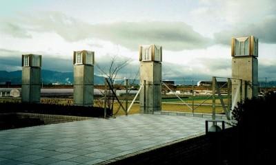 オープンテラスがある週末邸宅:コンクリート構造の住宅設計 (田園風景を望めるテラス)