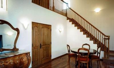 オープンテラスがある週末邸宅:コンクリート構造の住宅設計 (落ち着いたホール空間)