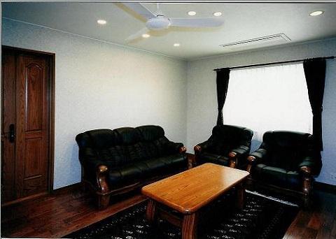 コンクリート構造の住宅設計の部屋 シックな雰囲気の応接室