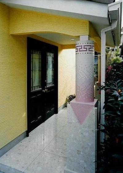 エントランスのデザイン柱 (コンクリート構造の住宅設計)