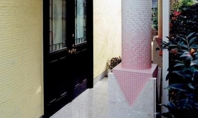 オープンテラスがある週末邸宅:コンクリート構造の住宅設計 (エントランスのデザイン柱)