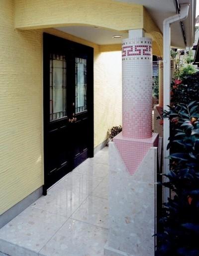 エントランスのデザイン柱 (オープンテラスがある週末邸宅:コンクリート構造の住宅設計)