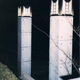 コンクリート構造の住宅設計 (シンボリックな特注設計の外灯)