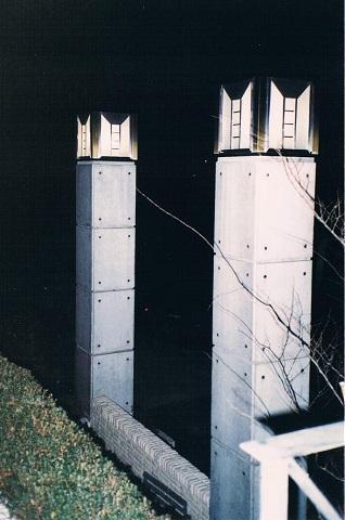 コンクリート構造の住宅設計の写真 シンボリックな特注設計の外灯