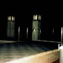 オープンテラスがある週末邸宅:コンクリート構造の住宅設計の写真 シンボリックな特注設計の外灯