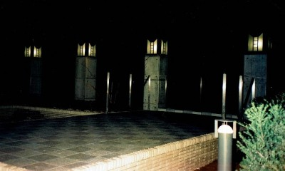 オープンテラスがある週末邸宅:コンクリート構造の住宅設計 (シンボリックな特注設計の外灯)