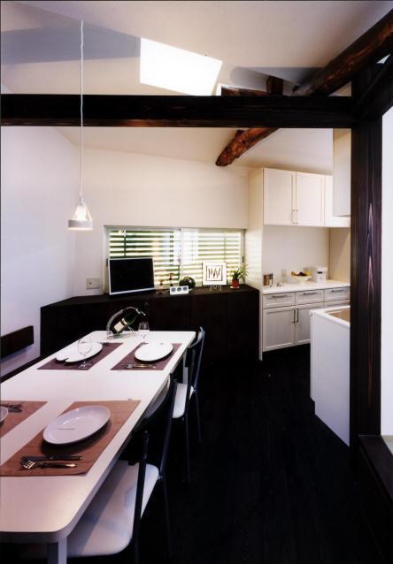 気まずい家の部屋 雰囲気のある食卓(撮影:玉森潤一)