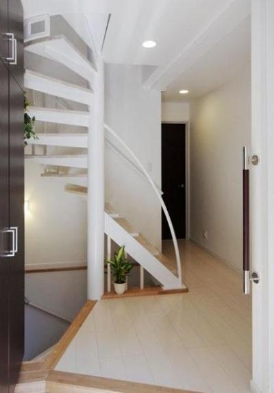 33坪・2階建てプラスRC造地下6坪+屋上のデザイン住宅 湘南 (玄関ホール)