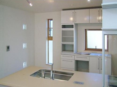 33坪・2階建てプラスRC造地下6坪+屋上のデザイン住宅 湘南 (キッチン廻りのデザイン)