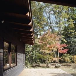富士山麓の家 (ダイニングに面した朝食テラス)