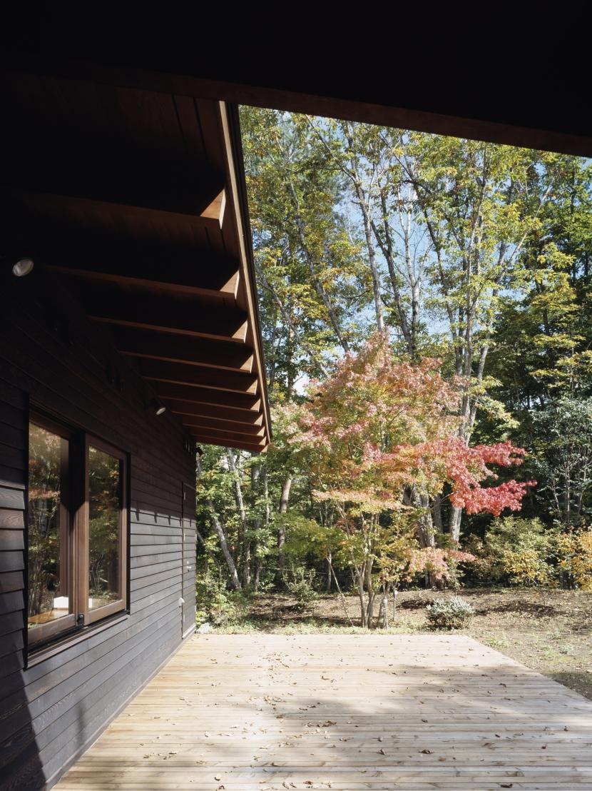 富士山麓の家の部屋 ダイニングに面した朝食テラス