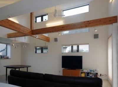 33坪・2階建てプラスRC造地下6坪+屋上のデザイン住宅 湘南 (高い天井と化粧梁)