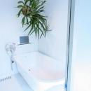 観葉植物が映えるバスルーム