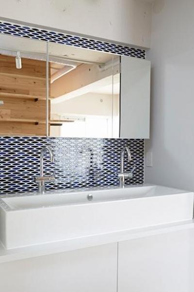 タイル張りの洗面所 (街を見下ろす開放的な間取りの家)