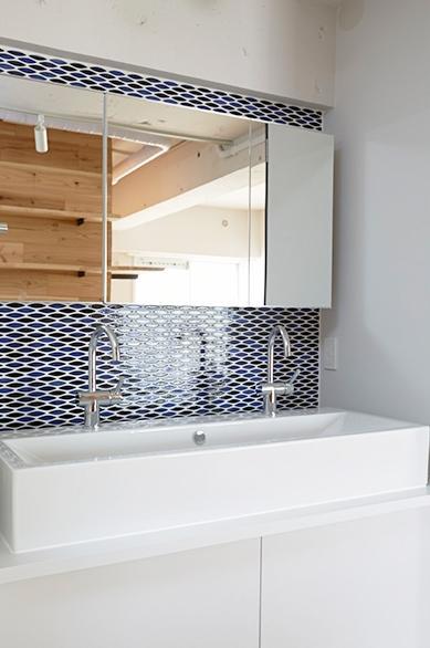 街を見下ろす開放的な間取りの家の写真 タイル張りの洗面所