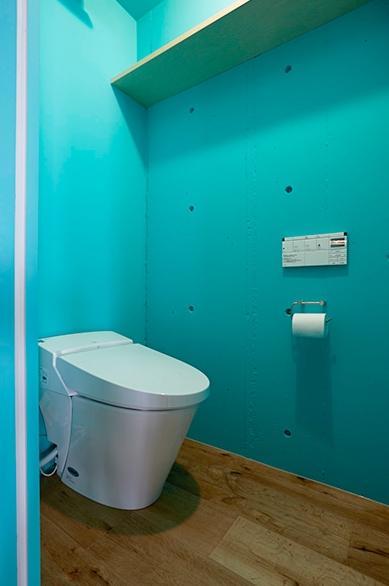 街を見下ろす開放的な間取りの家の写真 カラーがアクセントなトイレ