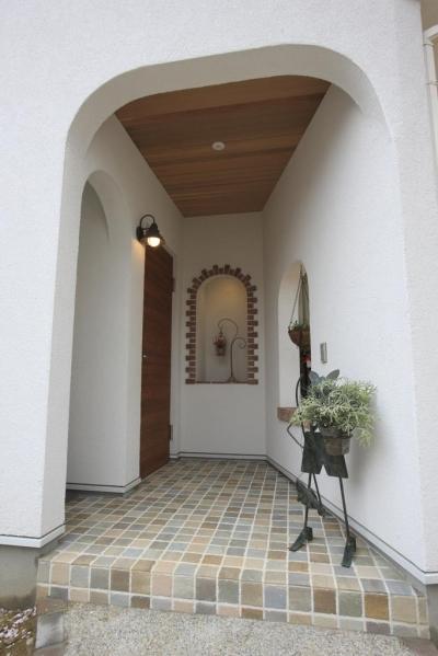 """玄関ポーチ (フレンチカラードアの可愛い""""さくらの見える家"""")"""